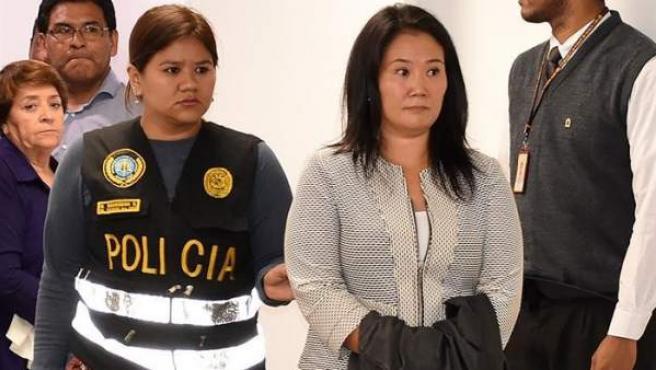La líder del partido opositor peruano Fuerza Popular, Keiko Fujimori, a su llegada a lo sjuzgados la Sala Penal Nacional, en Lima, tras ser detenida por un presunto delito de lavado de activos.