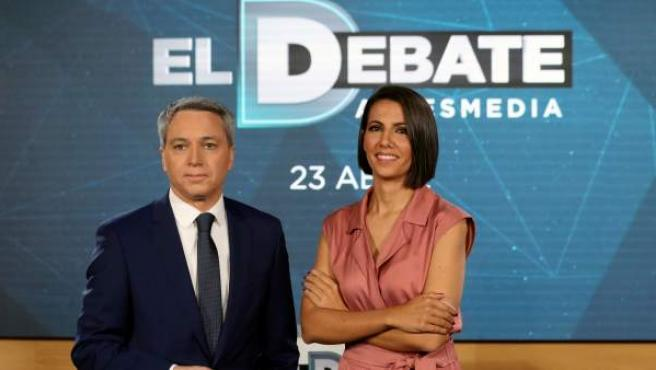 """Los periodistas Ana Pastor y Vicente Vallés presentan """"el debate de Atresmedia""""."""