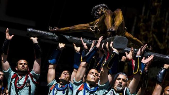El grupo de zapadores de la brigada de la Legión Rey Alfonso XII hacen el traslado del Cristo de la Buena Muerte -conocido como el cristo de Mena- a su trono procesional.
