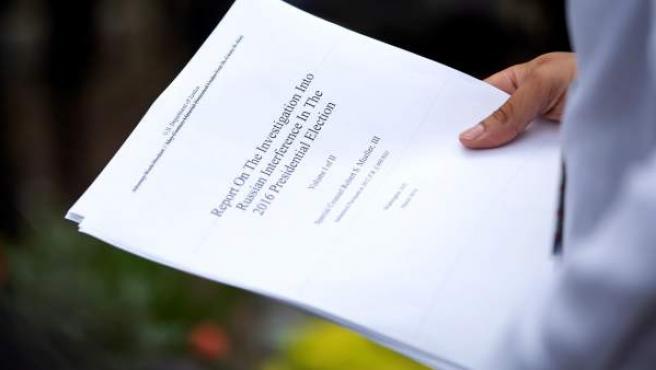 Una copia impresa del informe del fiscal especial Robert Mueller.