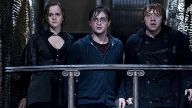 Fotograma de los actores Emma Watson, Rupert Grint y Daniel Radcliffe en la última película de Harry Potter.