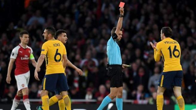 El árbitro Clement Turpin le enseña la roja a Vrsaljko en el Arsenal - Atlético.