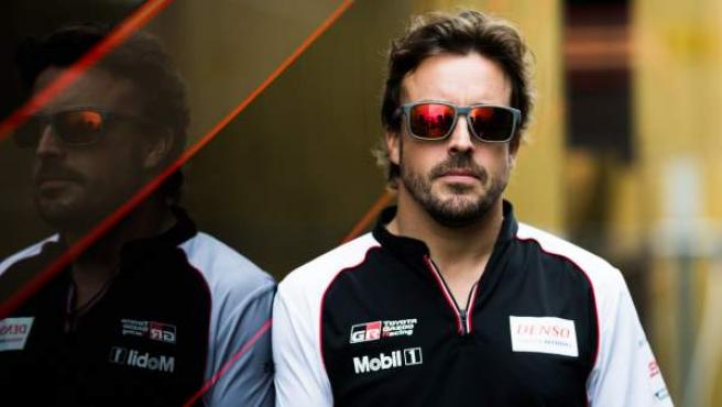 Fernando Alonso, con Toyota, en el paddock de una prueba del WEC.