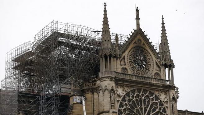 Vista de parte de la estructura la catedral de Notre Dame afectada por el fuego, en París (Francia).