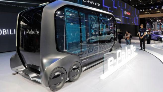 El prototipo Toyota e-Palette, un vehículo autónomo multiusos exhibido durante la jornada abierta a la prensa especializada del salón del automóvil de China Auto Shanghái.