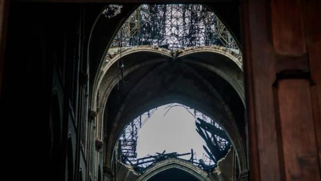 Vista del techo de la catedral de Notre Dame desde el interior después del incendio sufrido este lunes, en París (Francia).