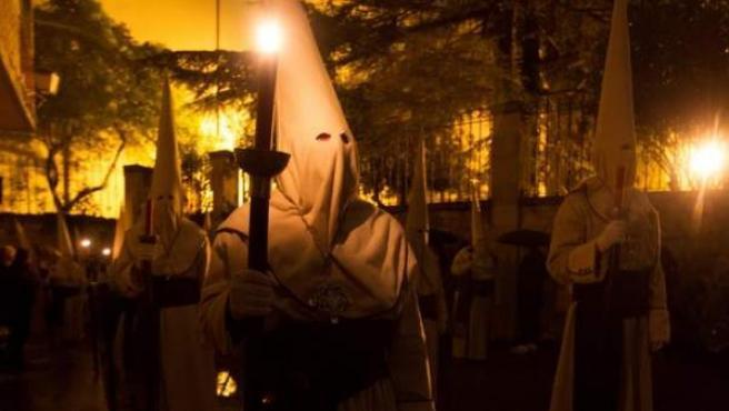 Desfile procesional de la Hermandad Penitencial de Jesús Yacente, el Jueves Santo, en Zamora, que tras cerca de dos horas de recorrido vive su momento culminante con el canto del Miserere en la plaza de Viriato.