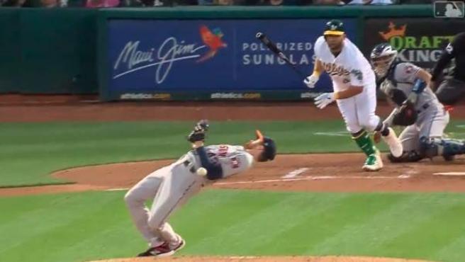 El pitcher de los Astros de Houston asombró al mundo con su espectacular acción a lo Matrix.