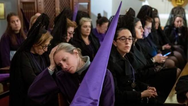 Mujeres con mantilla se lamentan de la suspensión de procesiones por la lluvia.
