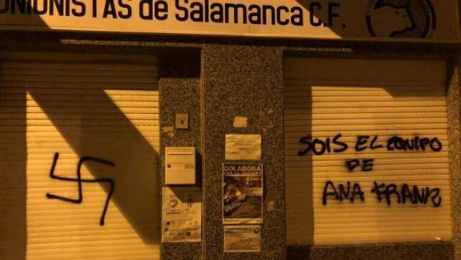 Pintadas nazis en la fachada de la sede de Unionistas.