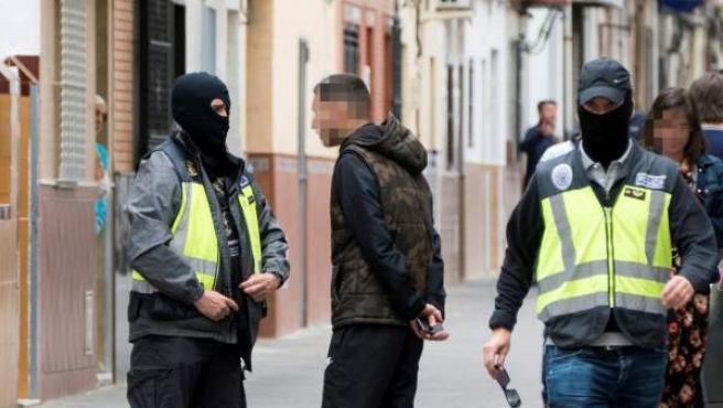 Agentes de Policía Nacional durante el registro de la casa donde residía el presunto yihadista en Sevilla.
