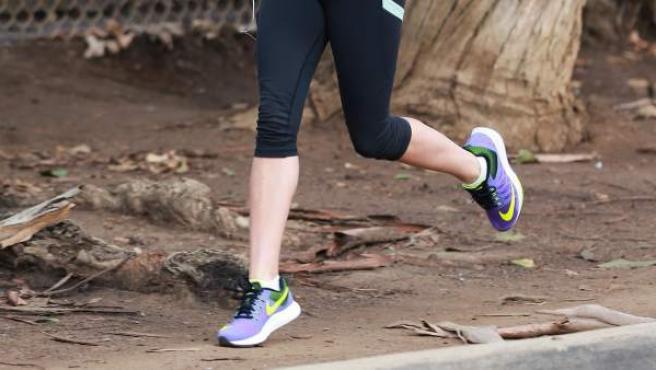 Una mujer corriendo con zapatillas deportivas, en una imagen de archivo.