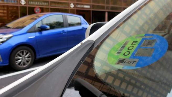 El próximo 24 de abril entra en vigor la obligatoriedad de llevar el distintivo ambiental de la Dirección General de Tráfico (DGT) para circular por la ciudad de Madrid.