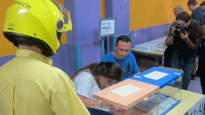 Un cartero entrega el voto por correo en un colegio de Barcelona.