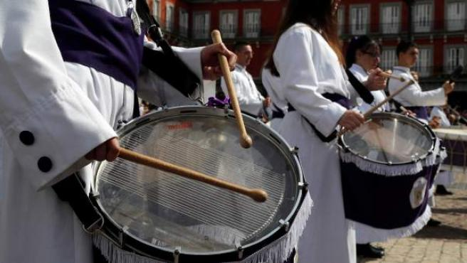 La tradicional tamborrada del Domingo de Resurrección en la Plaza Mayor, organizada este año por La Real e Ilustre Congregación de Nuestra Señora de la Soledad y Desamparo y el Ayuntamiento de Madrid, ha cerrado las celebraciones de la Semana Santa en la capital.