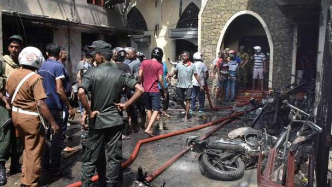 Un numeroso grupo de personas junto a la iglesia de Batticaloa (Sri Lanka) tras el atentado.