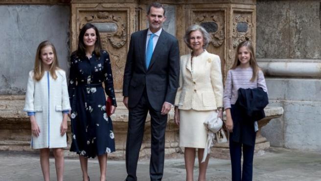 La familia real a las puertas de la catedral de Mallorca.