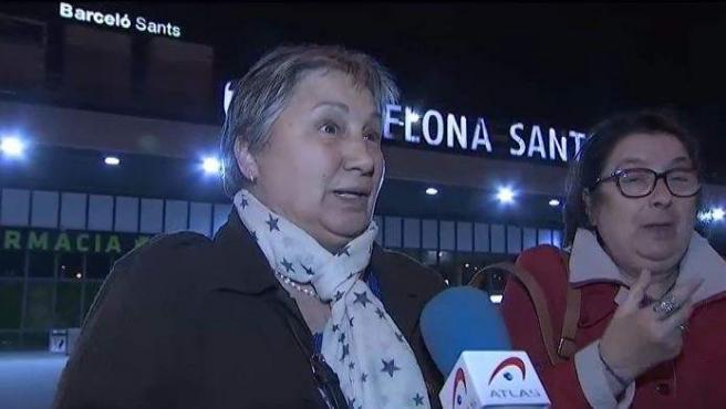 Viajeras afectadas por una avería que las dejó varias horas atrapadas en un tren entre Valencia y Barcelona.