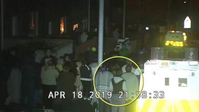 Imágenes de una cámara de seguridad que captaron el asesinato de la periodista Lyra McKee en Londonderry, Irlanda del Norte.