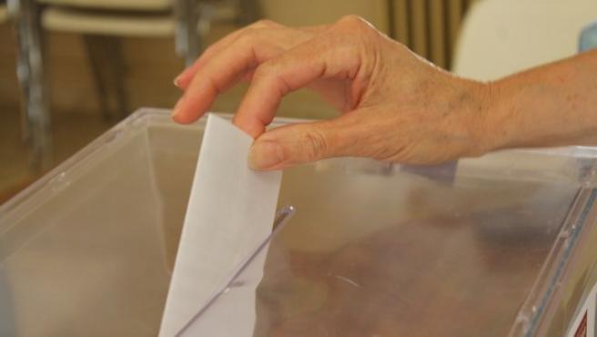 Imagen de una persona votando.