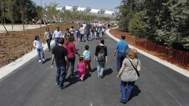 Familias paseando por Madrid Río.