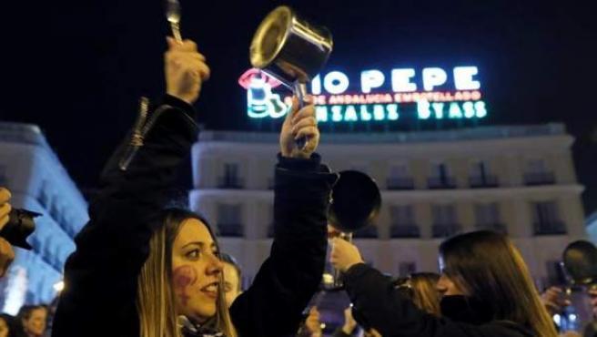 Cacerolada en la Puerta del Sol, en Madrid, en el inicio de la jornada de huelga feminista del 8-M.