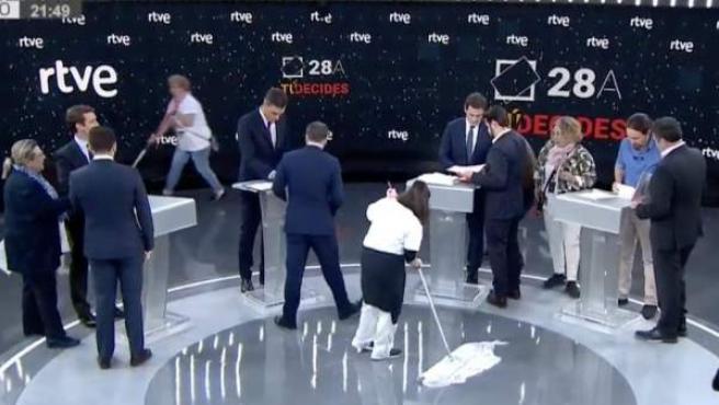 Dos mujeres pasan la mopa en directo, momentos antes del debate electoral en RTVE entre Pedro Sánchez, Pablo Casado, Pablo Iglesias y Albert Rivera.