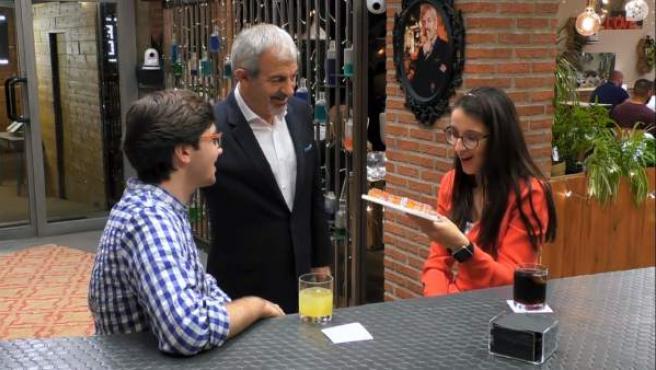 Álvaro le regala una maqueta a Mónica, en 'First dates'.