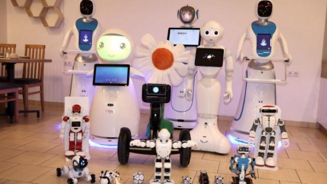 Los androides que trabajan en el Enjoy Budapest Café.