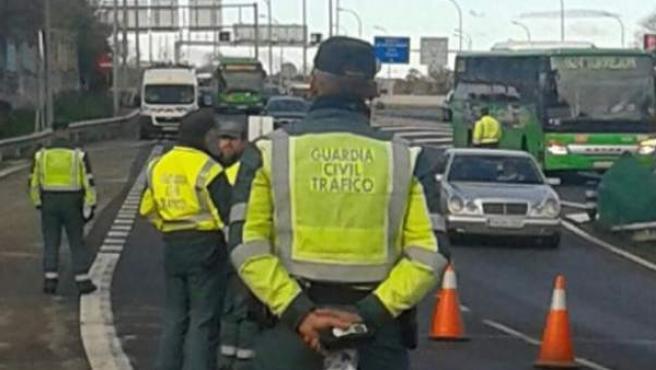 La Guardia Civil de Tráfico, durante un control de alcohol y drogas.