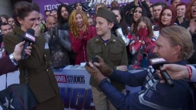 Un pareja de fans de Marvel se comprometió durante la premier mundial de 'Vengadores: Endgame'