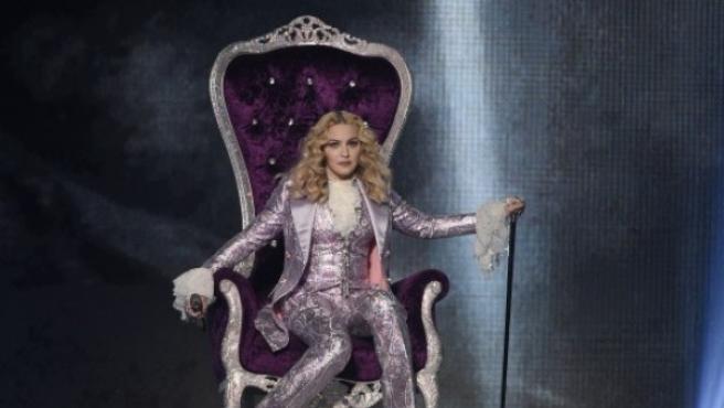 La reina del pop sentada en un trono durante los 'Billboard Music Awards'.