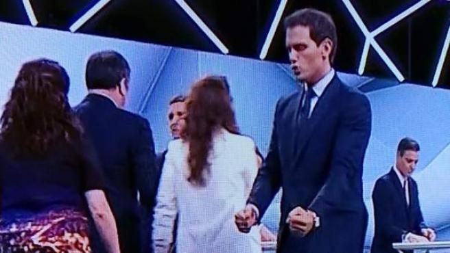 El líder de Ciudadanos, Albert Rivera, hace un gesto de triunfo al concluir el debate electoral en Atresmedia.