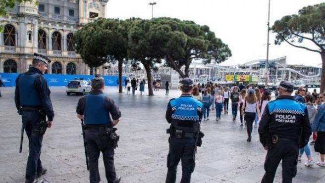 Dispositivo permanente de Guàrdia Urbana y Policía Portuaria en el Port de Barcelona para erradicar el 'top manta'.