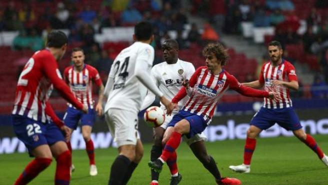 Griezmann busca el remate en el Atlético - Valencia.