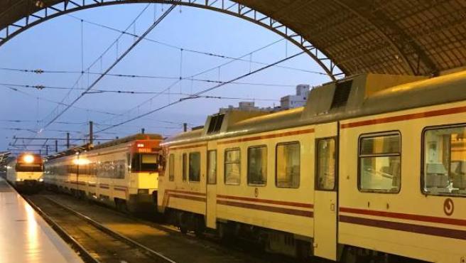 Trenes de Cercanías en la Estació del Nord de València.