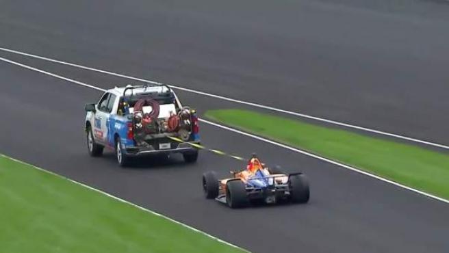 El McLaren de Fernando Alonso, remolcado al inicio del test en el circuito de Indianápolis.