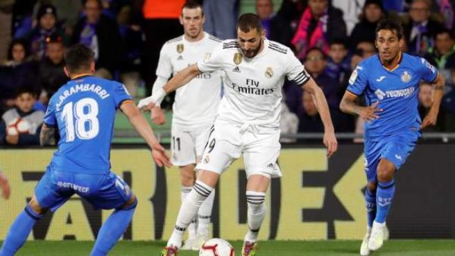Karim Benzema y Mauro Arambarri en el Getafe - Real Madrid.