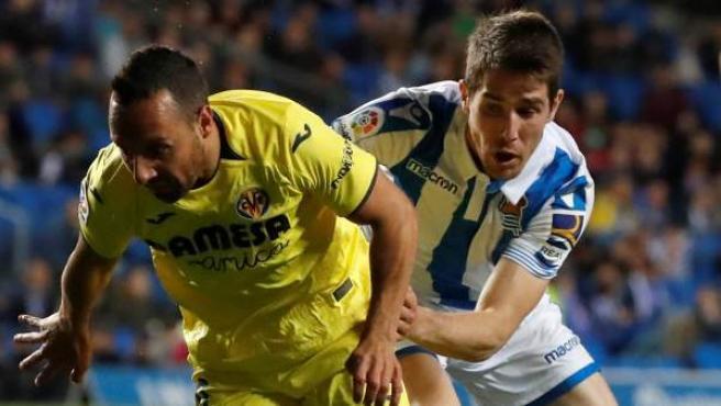 Cazorla pugna con un balón con Elustondo en el Real Sociedad-Villarreal.