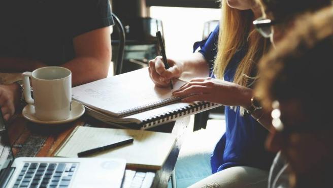 En una entrevista de trabajo se suelen valorar los conocimientos técnicos y la experiencia que se tiene en una materia. Si utilizas clichés o frases hechas darás la sensación de no saber de qué estás hablando y tus opciones se reducirán considerablemente.