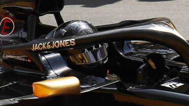 Detalle del casco de Kevin Magnussen durante el GP de Azerbaiyán en homenaje a tres víctimas de los atentados de Sri Lanka.