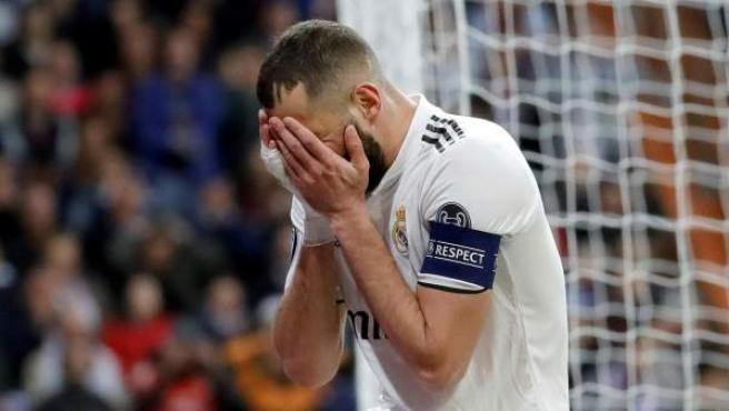 Karim Benzema se lamenta por una ocasión fallada.