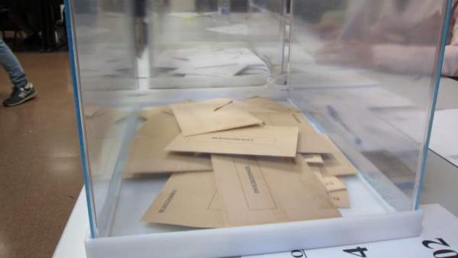 Una urna con papeletas del Senado.