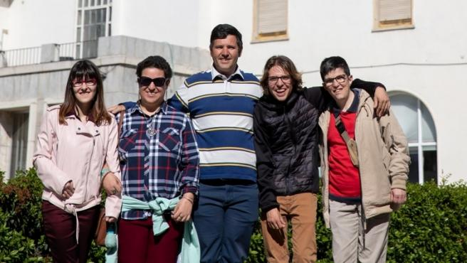 De izquierda a derecha, Blanca Olmedo, María Gallego, Eduardo Vegas, Luis Miguel Díaz y Javier Rubio ante la sede de la Fundación A la par, en la que trabajan y que es por vez primera colegio electoral.