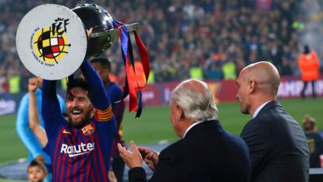 Leo Messi levanta el trofeo de campeón de Liga de manos de Luis Rubiales, presidente de la RFEF.