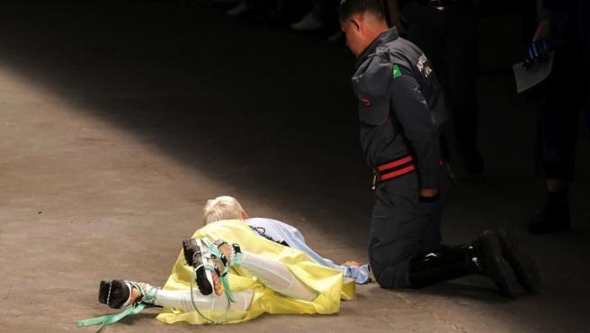 El modelo brasileño Tales Cotta al desplomarse en la pasarela mientras desfilaba.