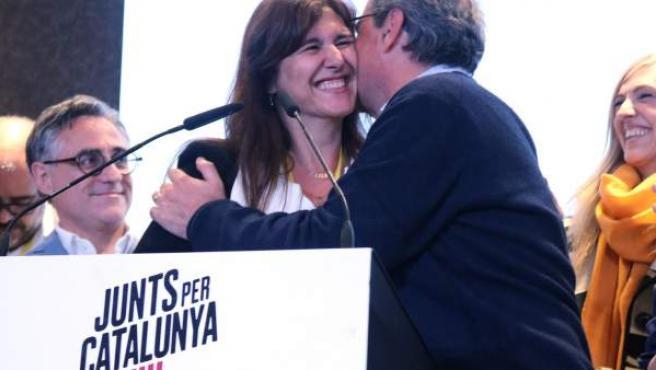 El president del Govern, Quim Torra, saluda a la candidata de JxCat, Laura Borràs, antes de la rueda de prensa para valorar los resultados del 28-A en el hotel Catalonia Plaça de Barcelona.