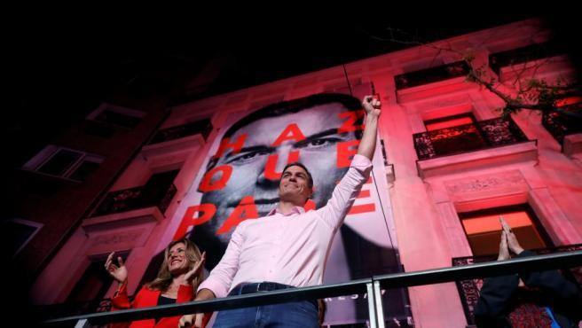 El candidato a la presidencia del Gobierno por el PSOE, Pedro Sánchez, celebra con sus seguidores la victoria en las elecciones del 28-A.