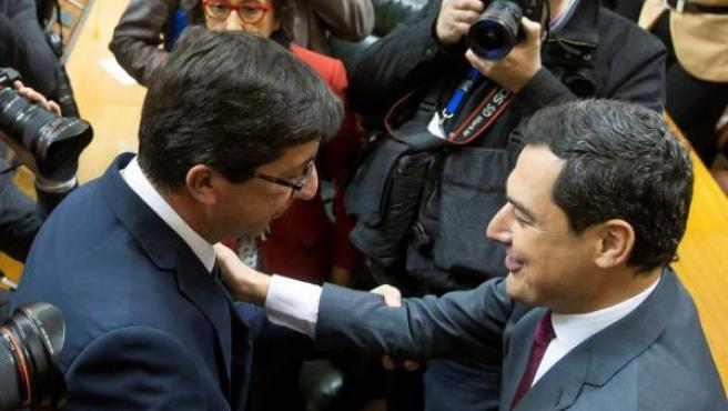 El líder del PP-A, Juanma Moreno, es felicitado por el líder de Ciudadanos, Juan Marín, tras ser investido presidente de la Junta de Andalucía.