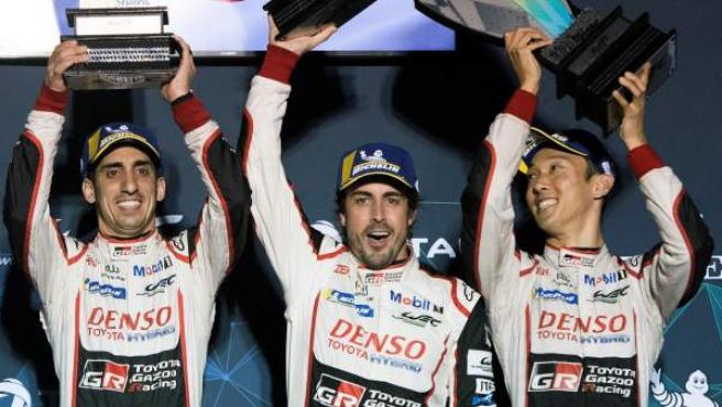 Sebastien Buemi, Fernando Alonso y Kazuki Nakajima celebran su victoria en las 1.000 millas de Sebring.